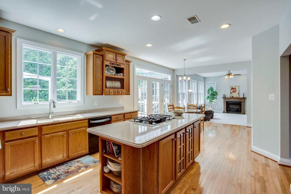 Kitchen opens to great room - 43083 ROCKY RIDGE CT, LEESBURG