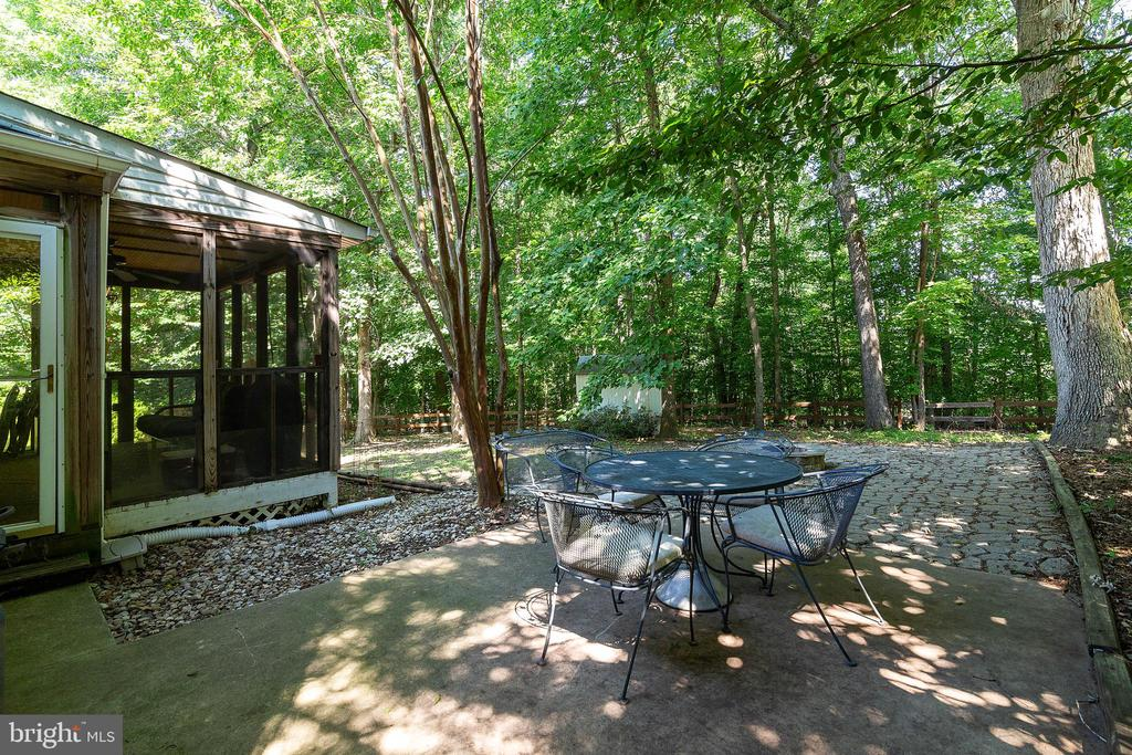 Fenced yard that backs to the woods - 261 TELEGRAPH RD, STAFFORD