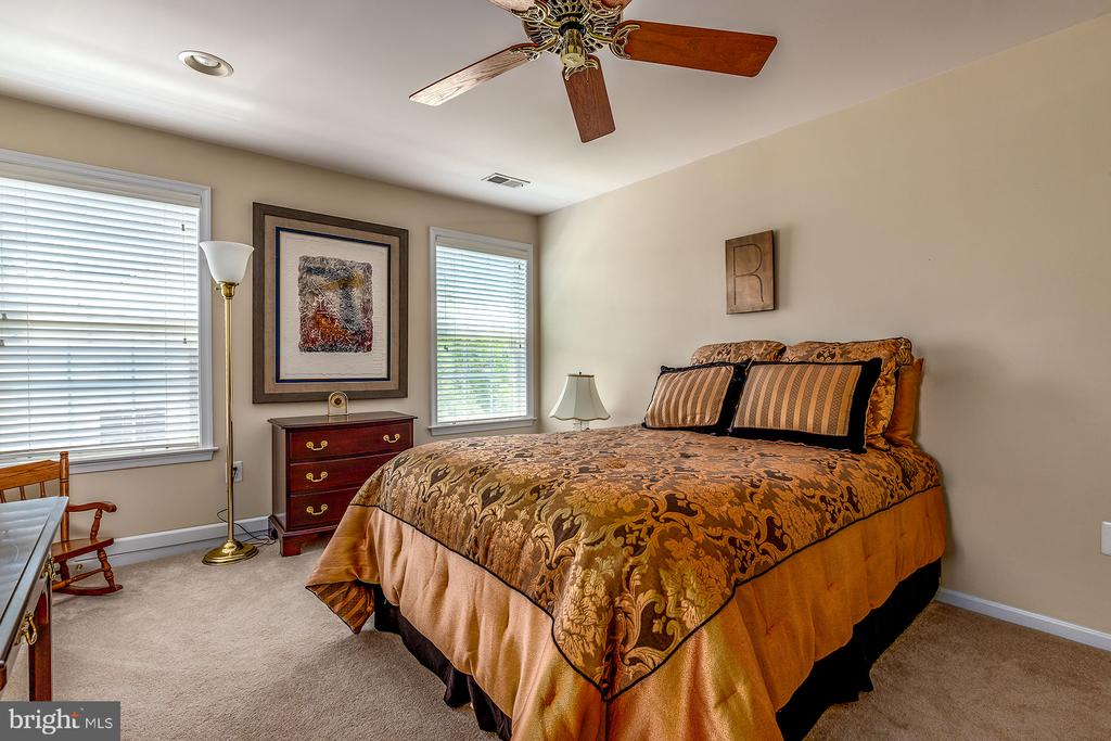4TH BEDROOM W/ENSUITE BATH - 25753 SPECTACULAR RUN PL, CHANTILLY