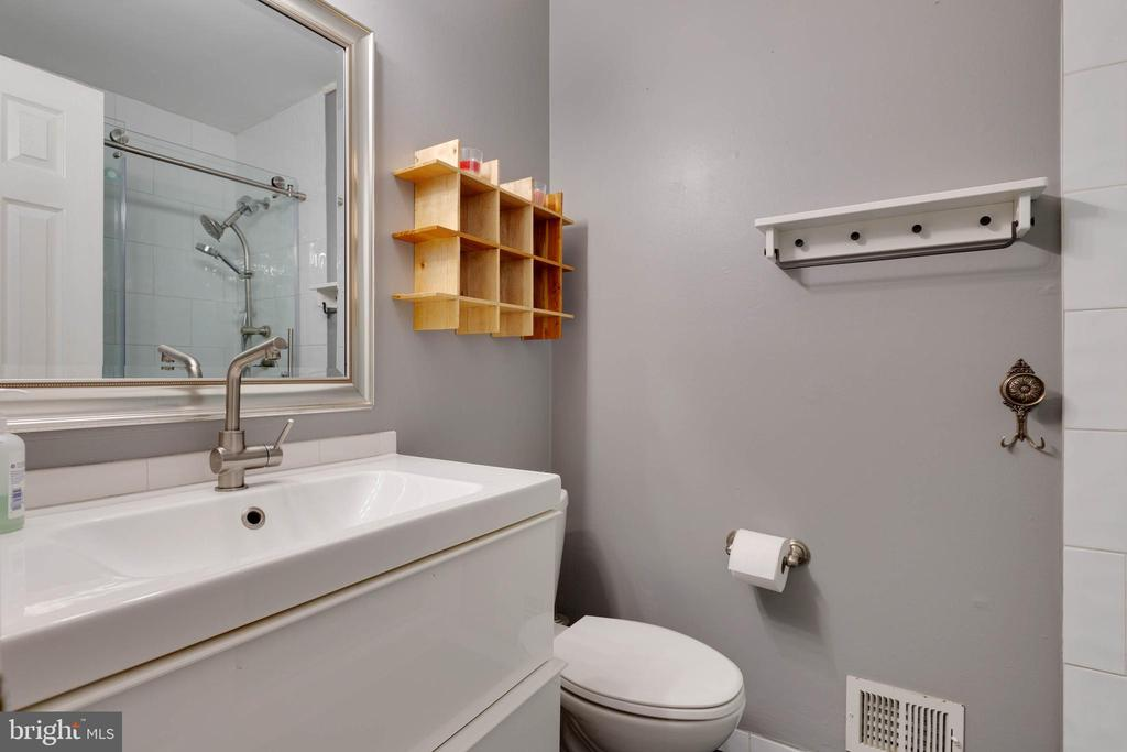 Upper level hall bath - 11 CHEVAL CT, STERLING