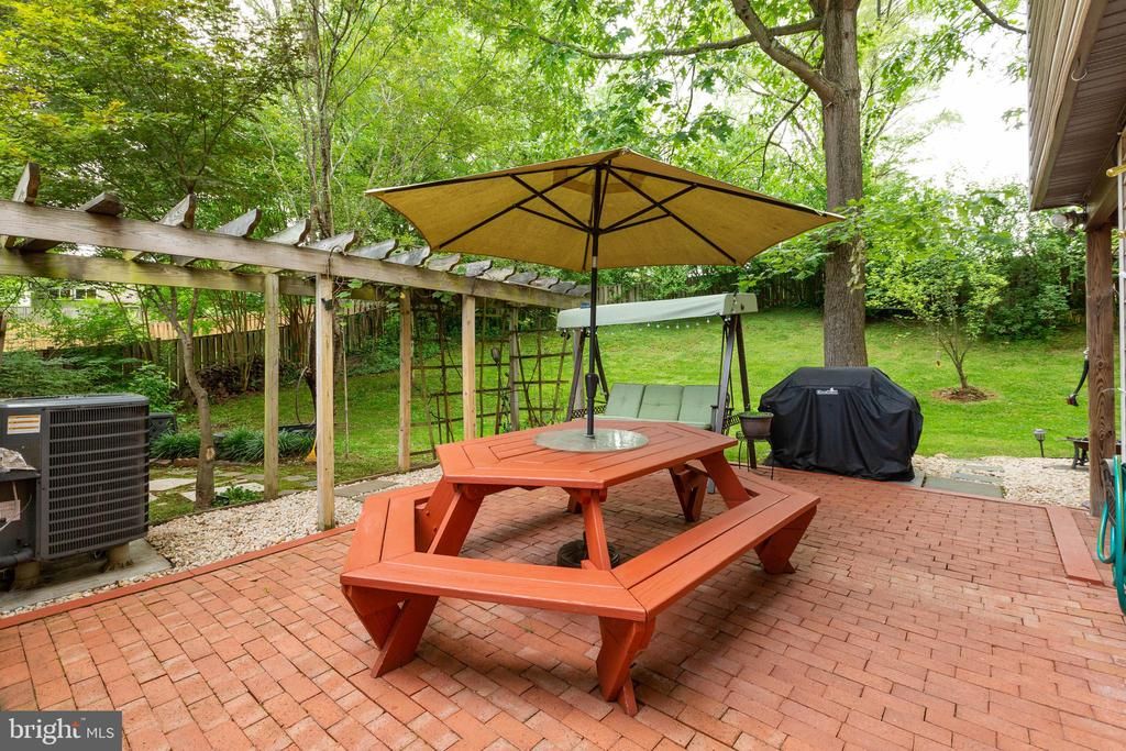 Brick courtyard patio - 11 CHEVAL CT, STERLING