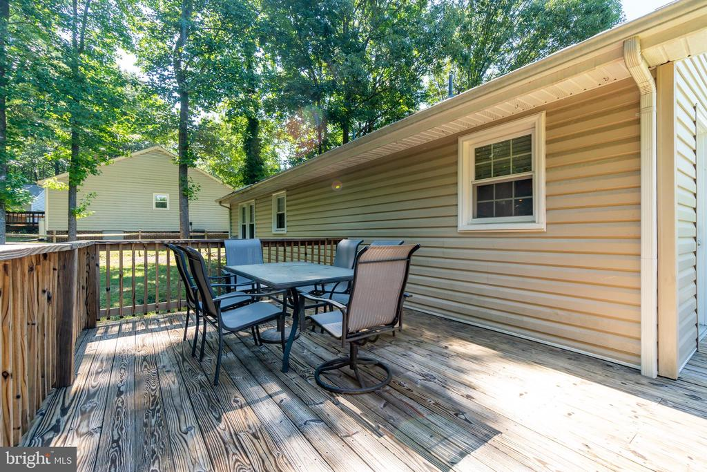 Dining space perfect for a cookout! - 11015 ABBEY LN, FREDERICKSBURG