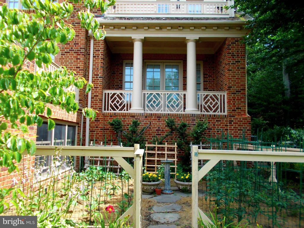 Grow your own vegetables! - 659 ROCK COVE LN, SEVERNA PARK