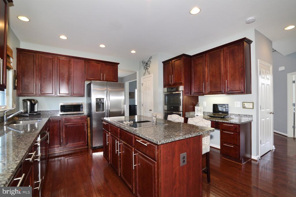 Gourmet Kitchen w/ Cherry Cabinets - 17618 CLEVELAND PARK DR, ROUND HILL