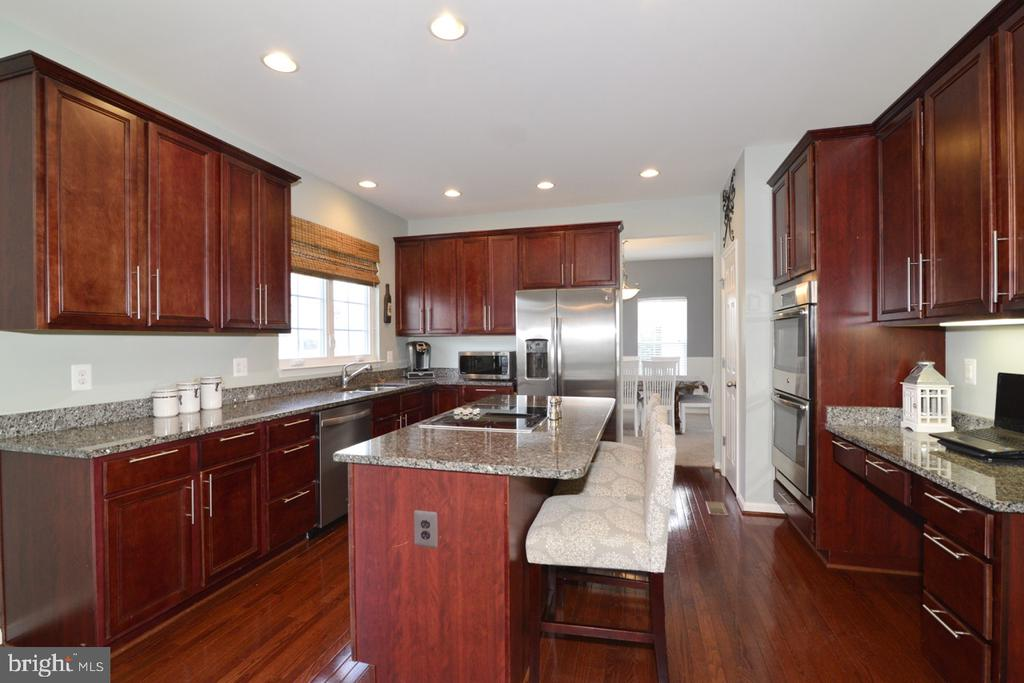 Center Island with Cooktop and Granite Counters - 17618 CLEVELAND PARK DR, ROUND HILL