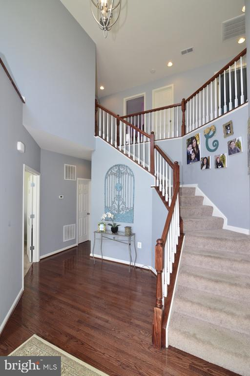 Wonderful 2 Story Foyer - 17618 CLEVELAND PARK DR, ROUND HILL