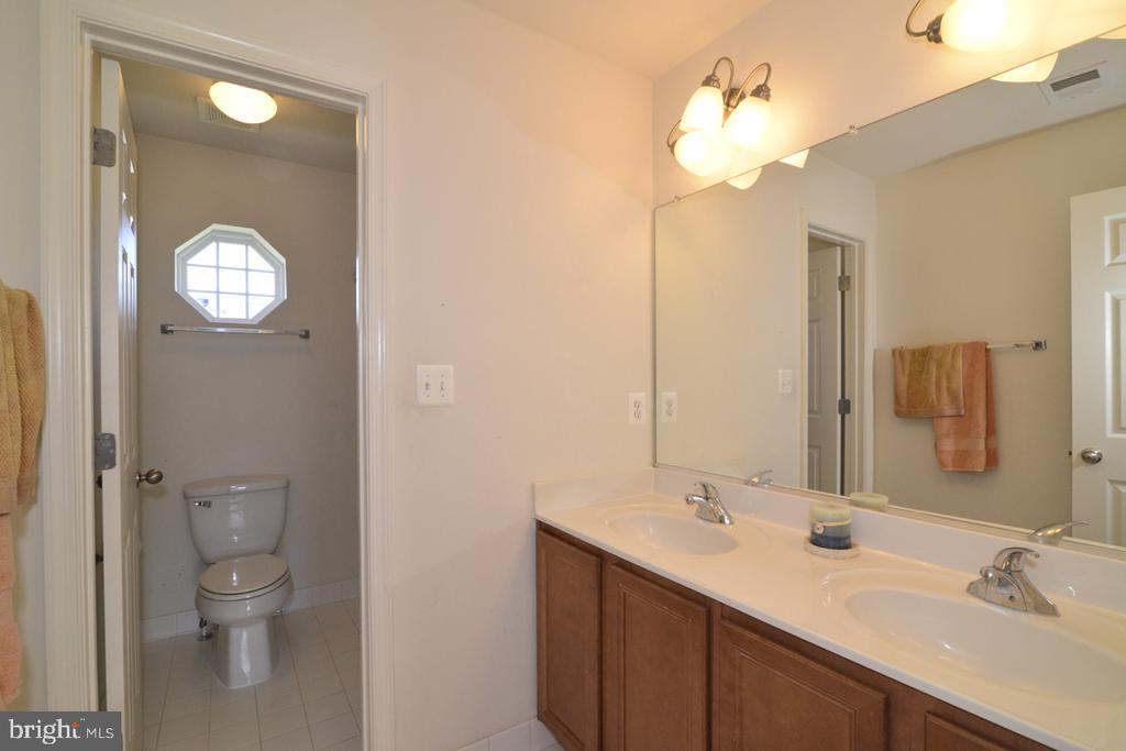 Hall Full Bathroom wiht Double Vanity - 17618 CLEVELAND PARK DR, ROUND HILL