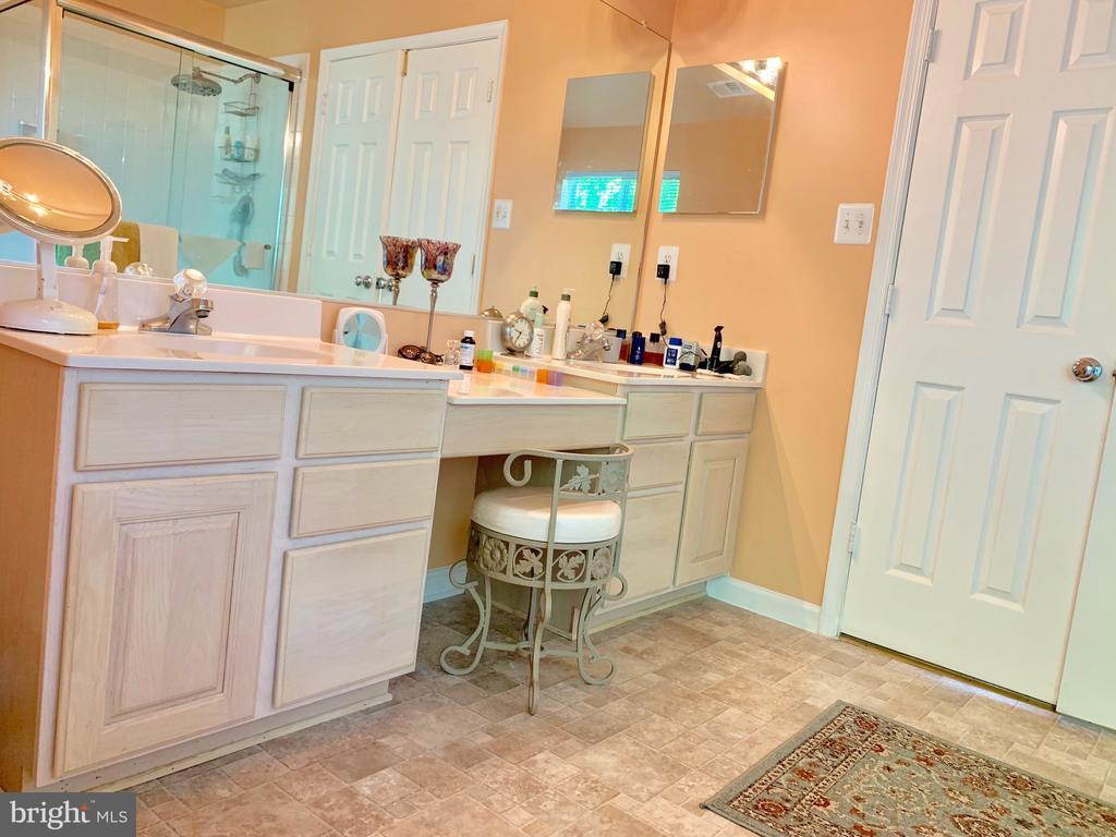 Master Bath - Double sink w/makeup table - 9202 MATTHEW DR, MANASSAS PARK