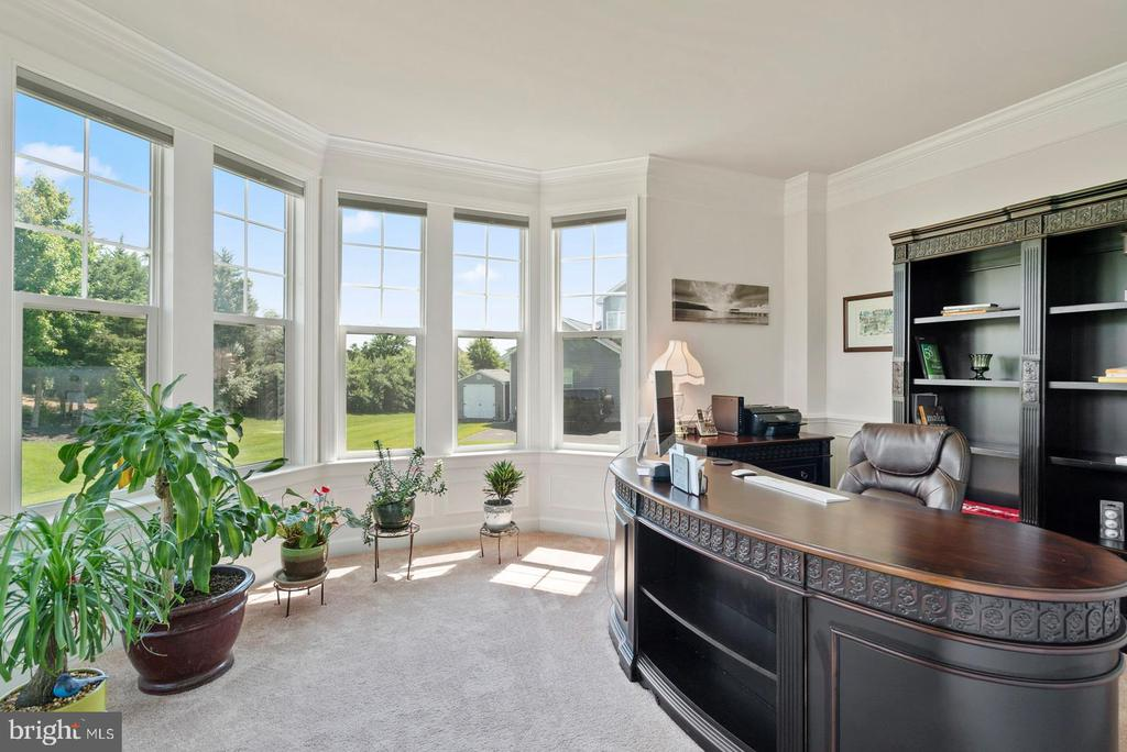 Office/Den with bay window - 7375 TUCAN CT, WARRENTON
