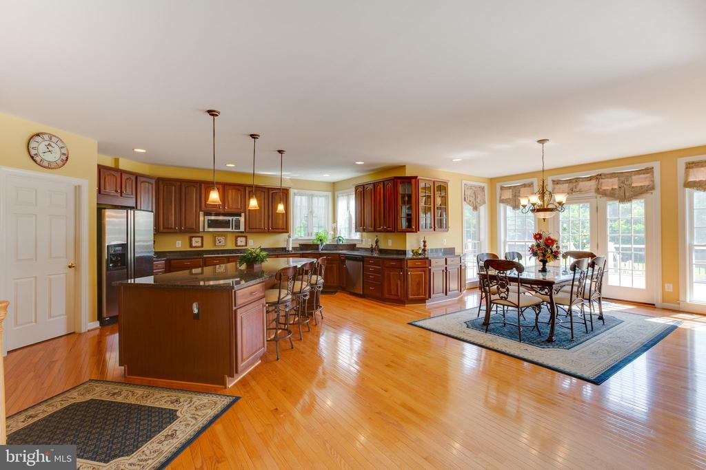 Spacious Gourmet Kitchen - 22388 BELLE TERRA DR, ASHBURN