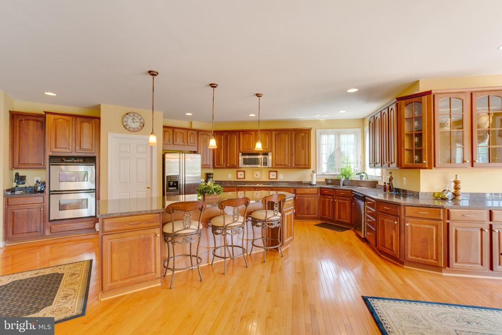 Gourmet Kitchen with Double Ovens - 22388 BELLE TERRA DR, ASHBURN