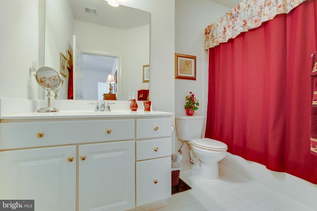 Bedroom 3's Full Bathroom - 22388 BELLE TERRA DR, ASHBURN