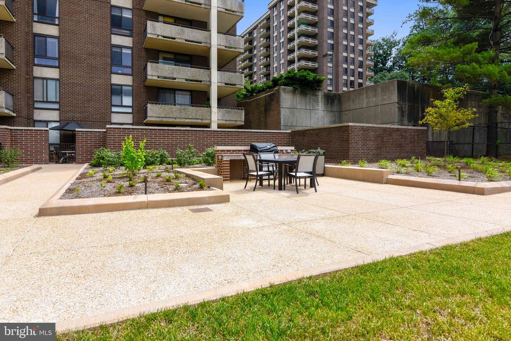 Patio/grill outdoor seating area - 1800 OLD MEADOW RD #621, MCLEAN