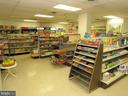 Building convenience grocery store - 1800 OLD MEADOW RD #621, MCLEAN