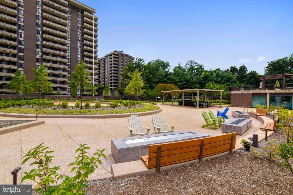 Beautifully-landscaped new rear outdoor area - 1800 OLD MEADOW RD #621, MCLEAN