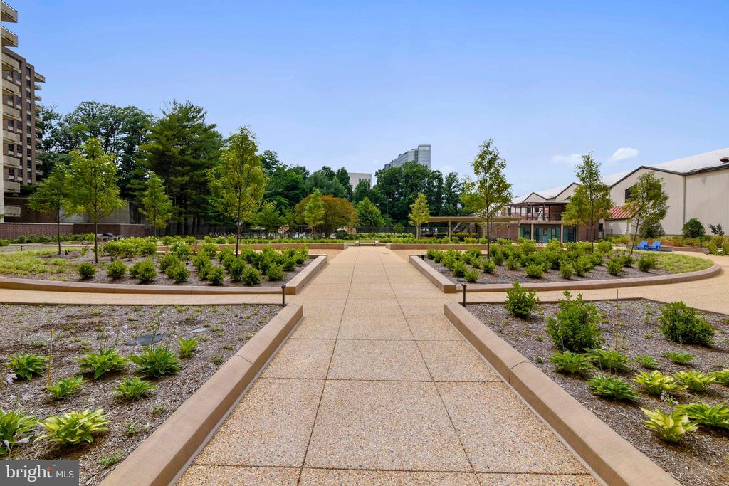Crescent landscaped rear patio area - 1800 OLD MEADOW RD #621, MCLEAN