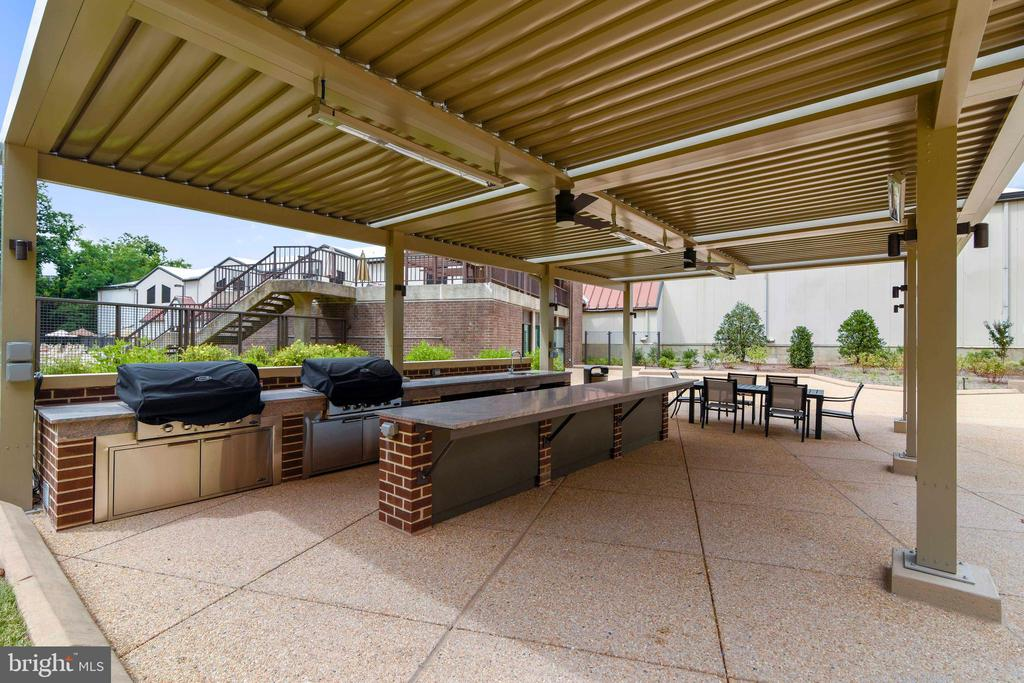 New covered outdoor grill area - 1800 OLD MEADOW RD #621, MCLEAN