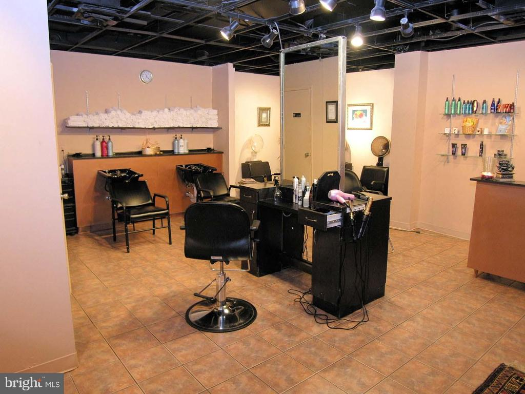 Building Unisex hair salon - 1800 OLD MEADOW RD #621, MCLEAN