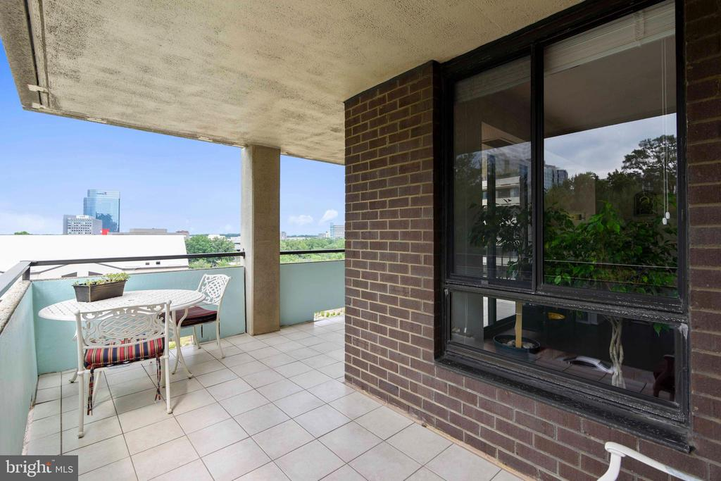 Corner wrap-around balcony with tile floor - 1800 OLD MEADOW RD #621, MCLEAN