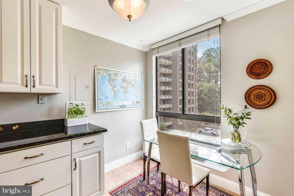 Sunny breakfast area with window - 1800 OLD MEADOW RD #621, MCLEAN