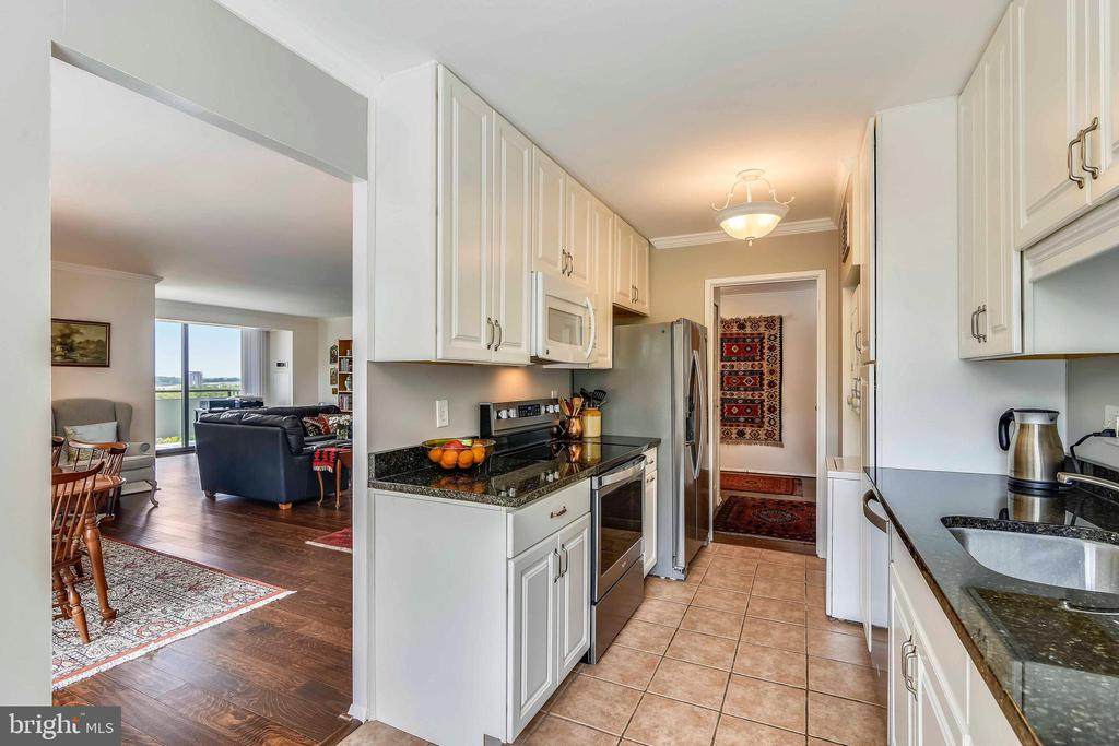Updated kitchen and view to living room - 1800 OLD MEADOW RD #621, MCLEAN