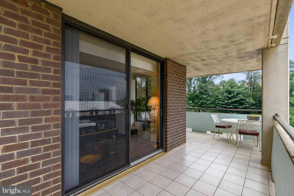 Corner balcony with sliding doors from living room - 1800 OLD MEADOW RD #621, MCLEAN