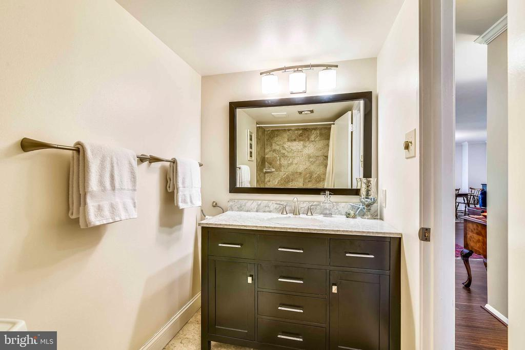 Updated hall bath with marble-topped vanity - 1800 OLD MEADOW RD #621, MCLEAN