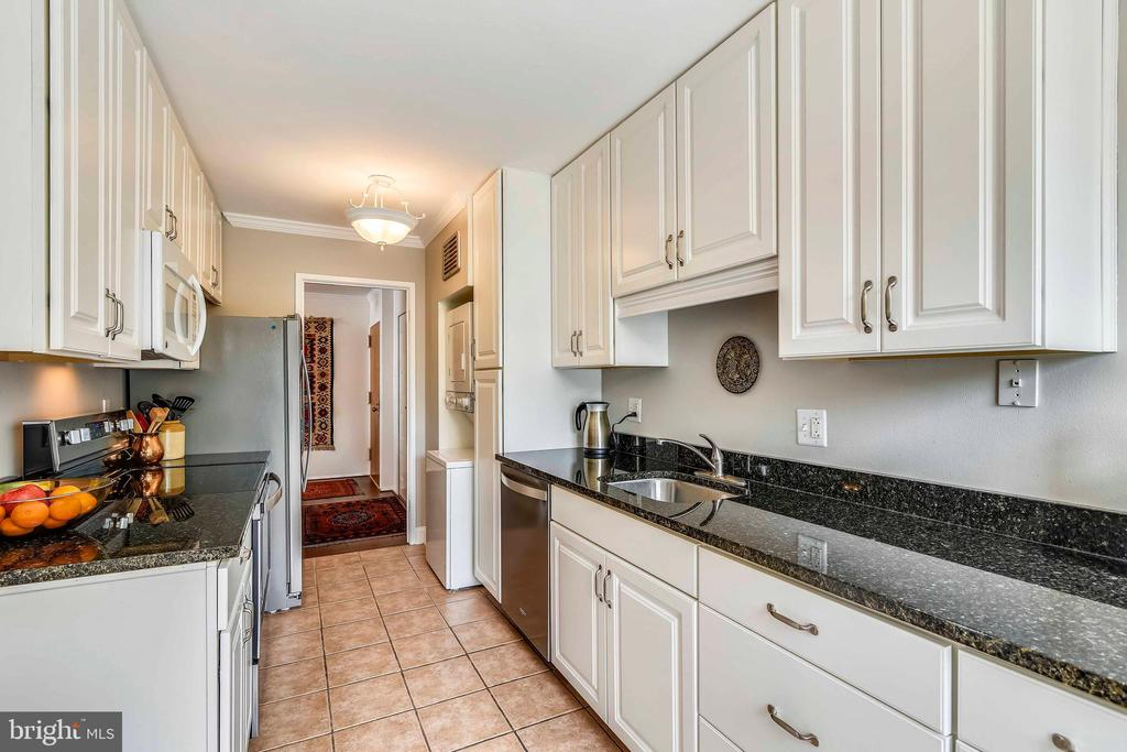 Fabulous updated kitchen with granite countertops - 1800 OLD MEADOW RD #621, MCLEAN