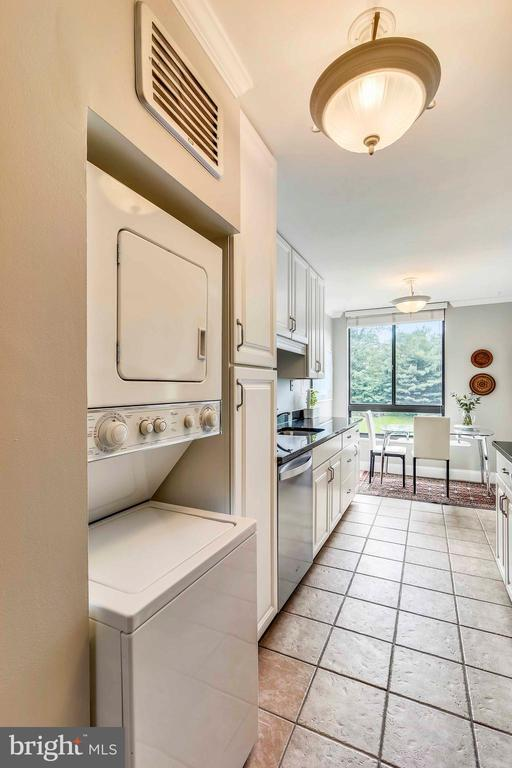 Efficient stacked washer/dryer in kitchen - 1800 OLD MEADOW RD #621, MCLEAN