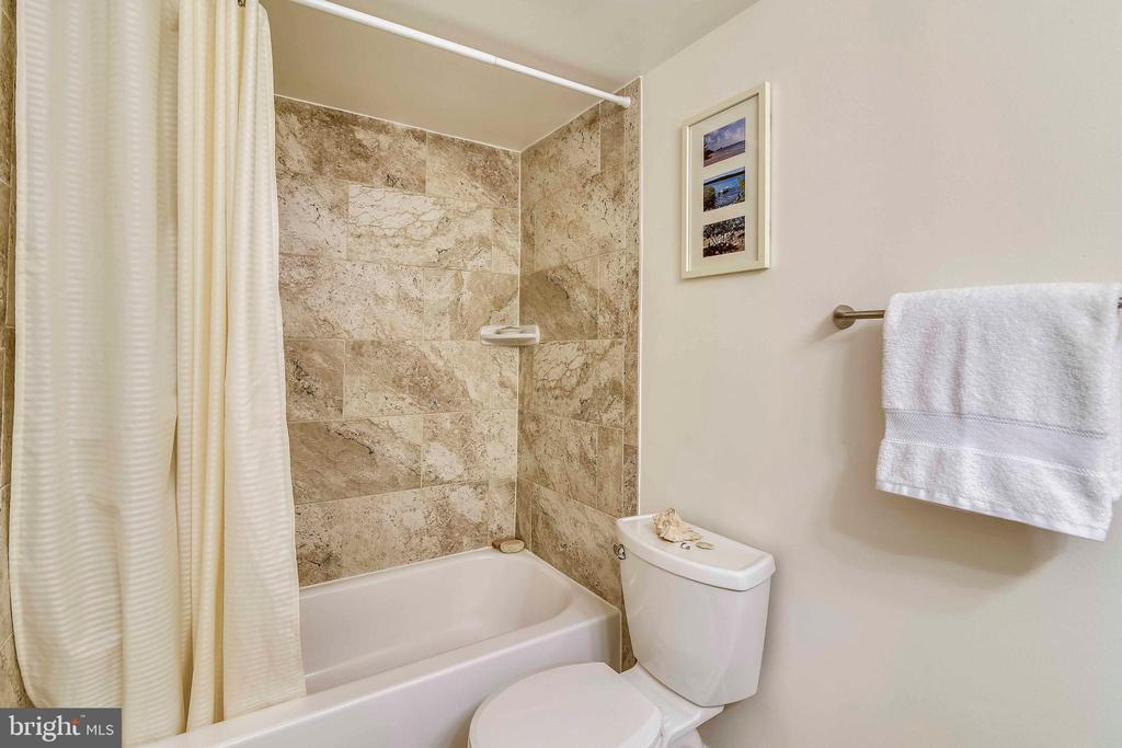 Updated hall bathroom - 1800 OLD MEADOW RD #621, MCLEAN