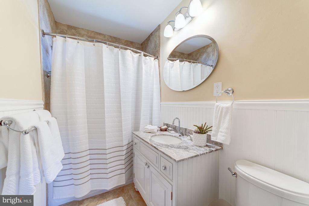 Hall Full Bath - 633 PROSPECT PL, ALEXANDRIA