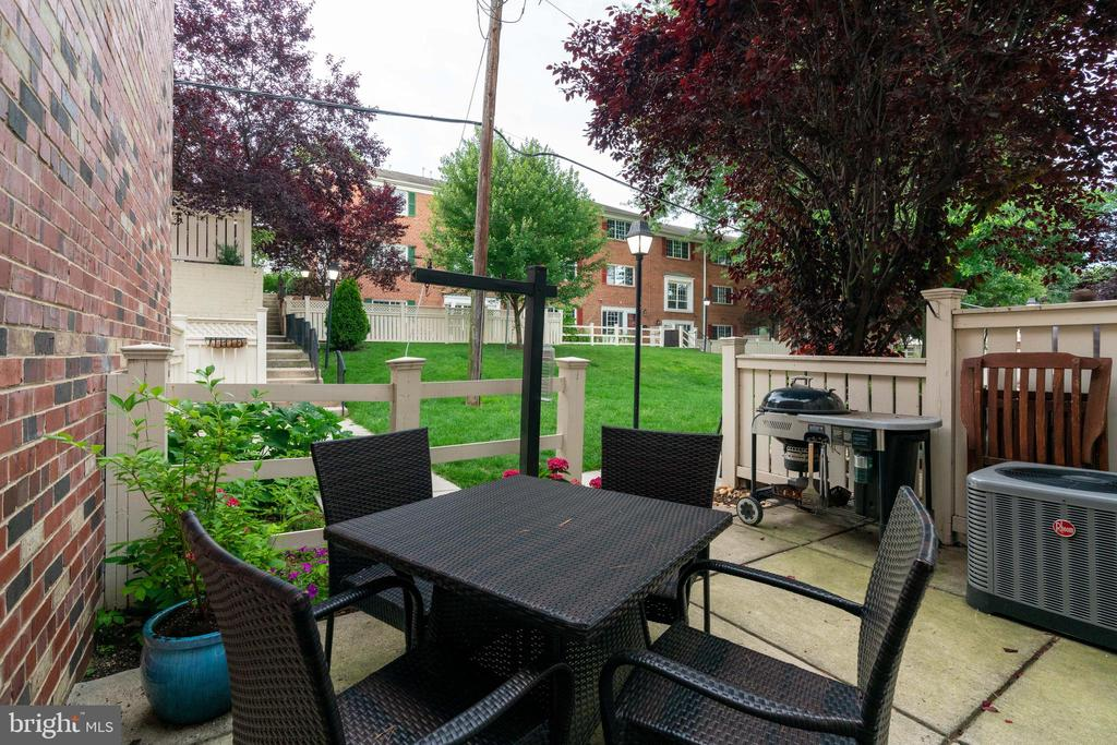 Private patio with view of the courtyard - 1427 N VAN DORN ST #B, ALEXANDRIA