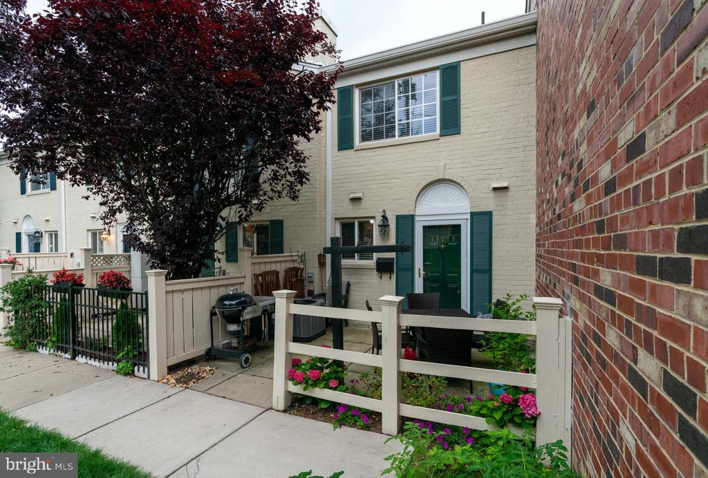 Tucked in the corner with courtyard views - 1427 N VAN DORN ST #B, ALEXANDRIA