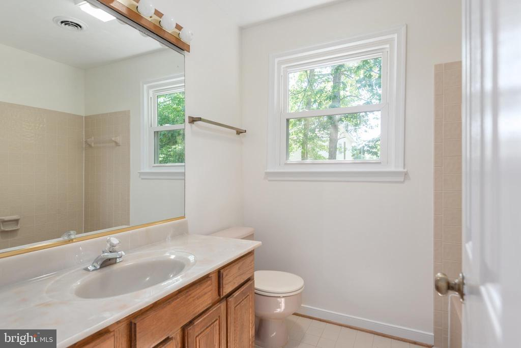 Vanity with great storage and tub shower combo. - 35 GREEN LEAF TER, STAFFORD