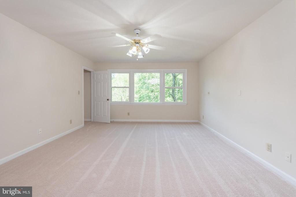 Natural light throughout w/large windows. - 35 GREEN LEAF TER, STAFFORD