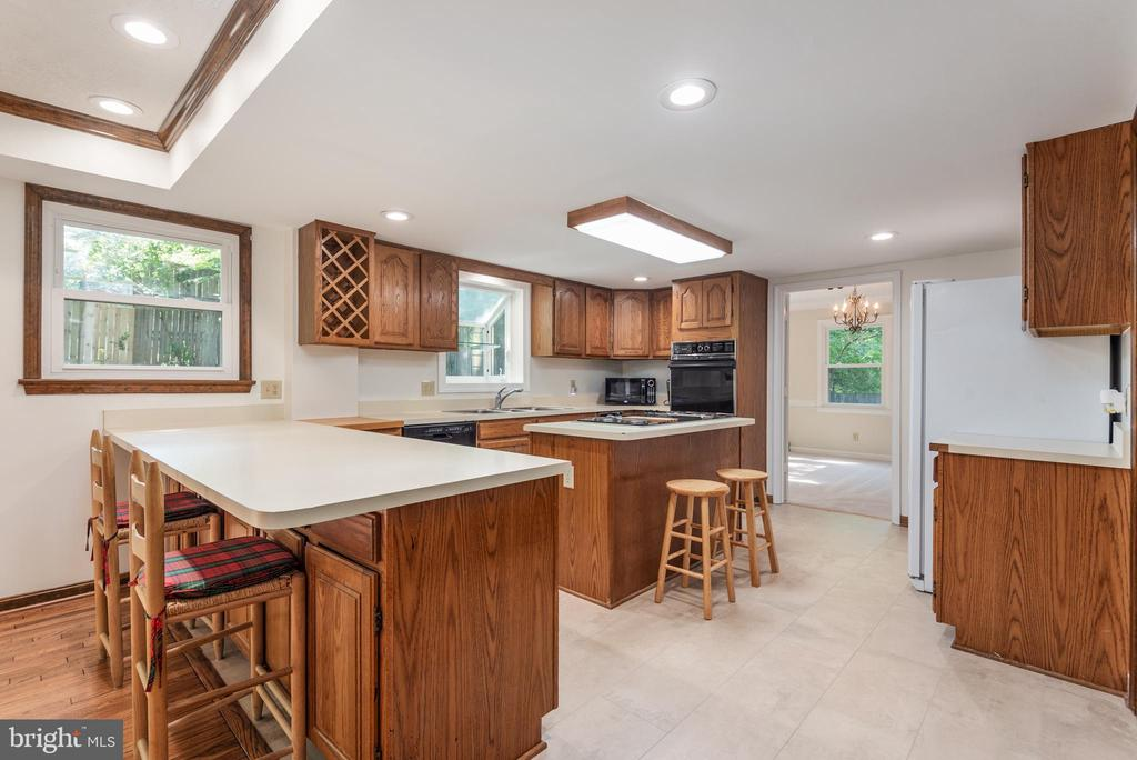 Kitchen has new Solid Tech luxury flooring. - 35 GREEN LEAF TER, STAFFORD