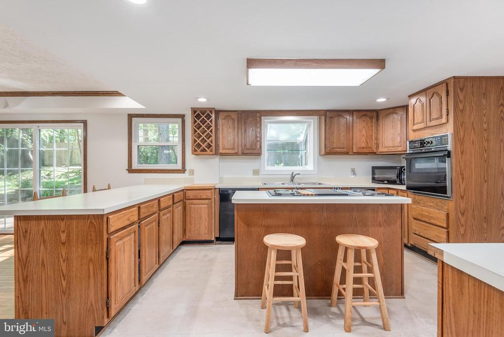 Spectacular kitchen design with incredible storage - 35 GREEN LEAF TER, STAFFORD
