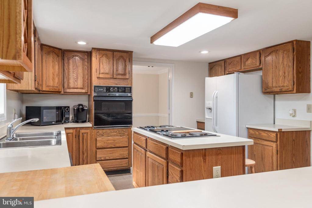 Kitchen with formal dining room adjacent to it. - 35 GREEN LEAF TER, STAFFORD