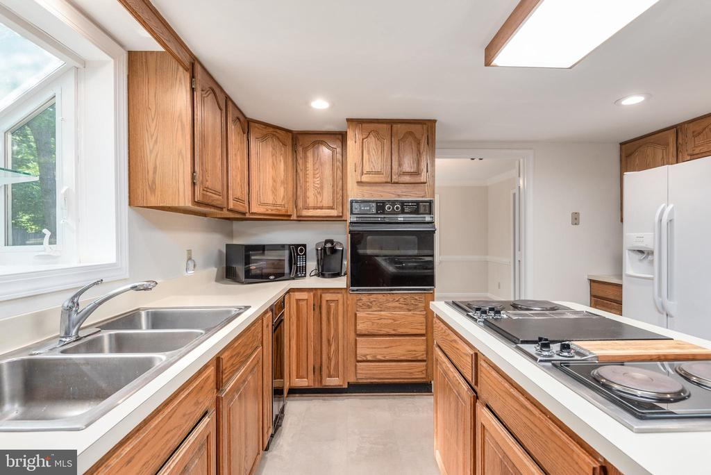 Wall oven and cook top. - 35 GREEN LEAF TER, STAFFORD