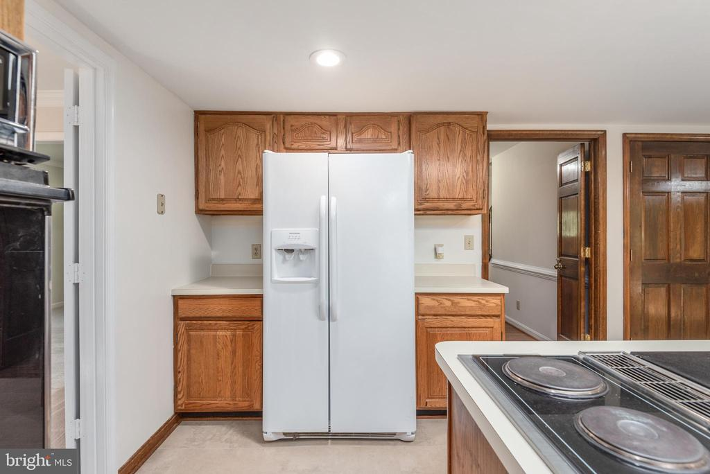 Additional cabinets and fridge with water & ice. - 35 GREEN LEAF TER, STAFFORD