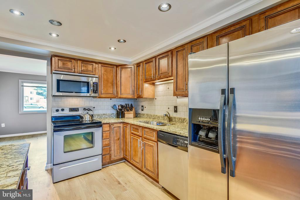 Stainless steel appliances. - 24 SIMEON LN, STERLING