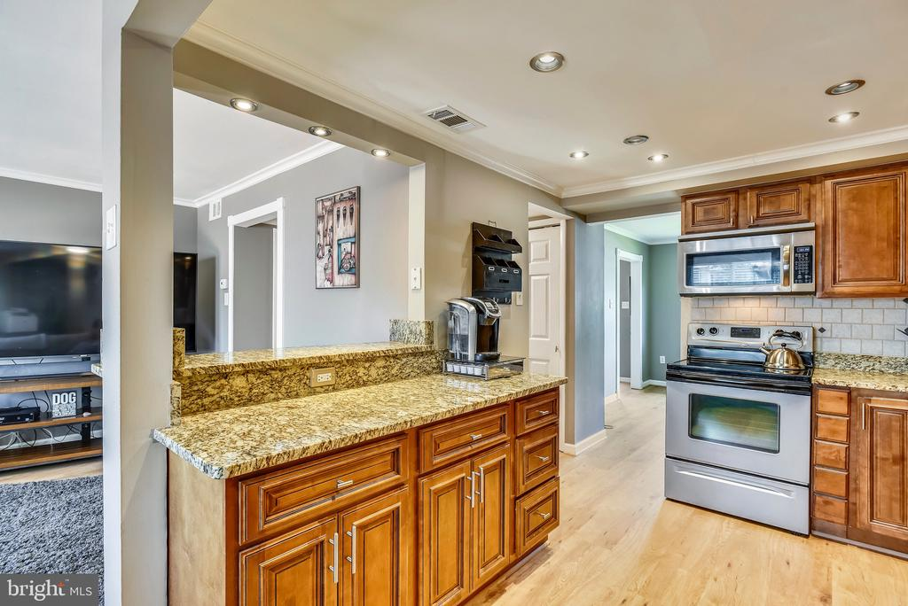 Open kitchen to family room. - 24 SIMEON LN, STERLING