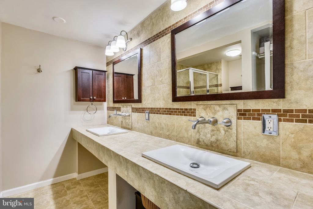 Updated master bathroom w/double sinks. - 24 SIMEON LN, STERLING