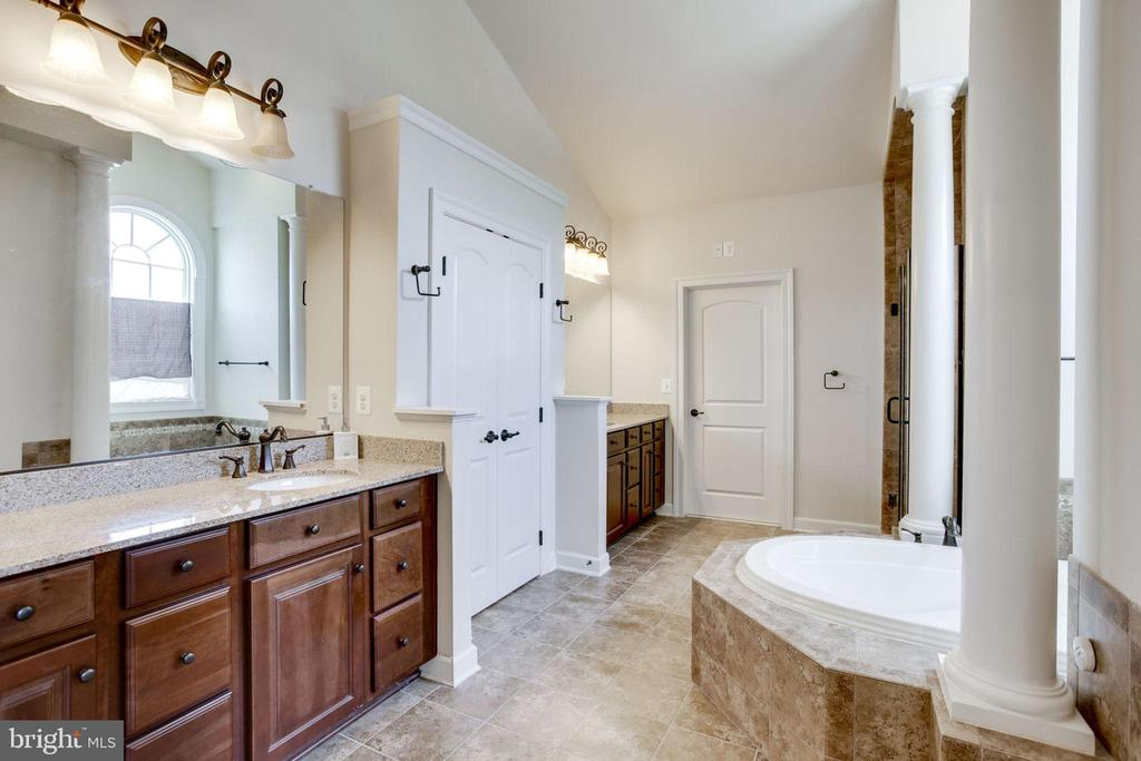Master Bath - 2 sinks, separate shower & tub - 42394 MADTURKEY RUN PL, CHANTILLY