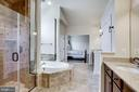 Large shower with corner seat - 42394 MADTURKEY RUN PL, CHANTILLY