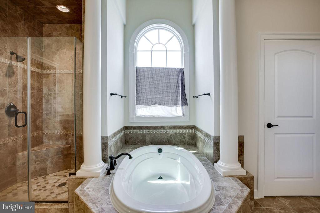 Fabulous soaking tub in Master Bath - 42394 MADTURKEY RUN PL, CHANTILLY