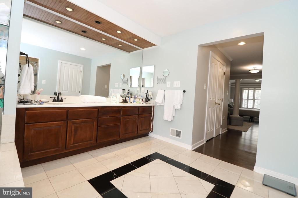 Master bath with 2 sinks - 20456 TAPPAHANNOCK PL, STERLING