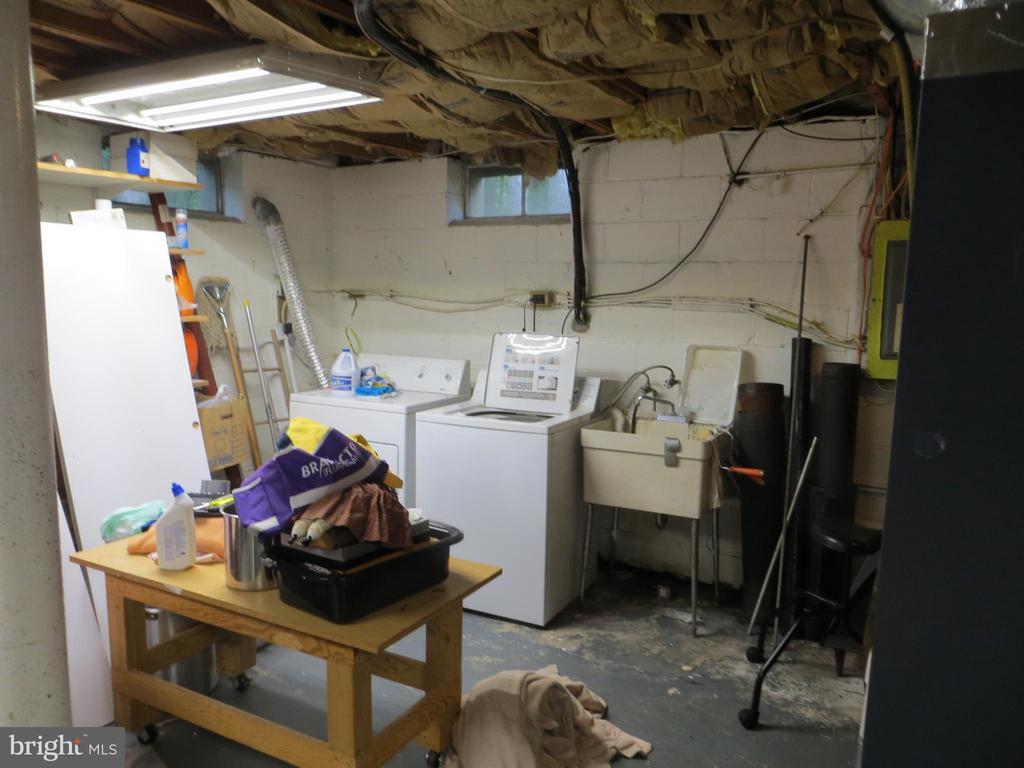 basement laundry area - 212 WAKEFIELD DR, LOCUST GROVE