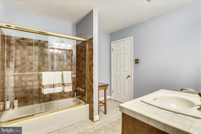 Hall full bathroom - 5916 HALLOWING DR, LORTON