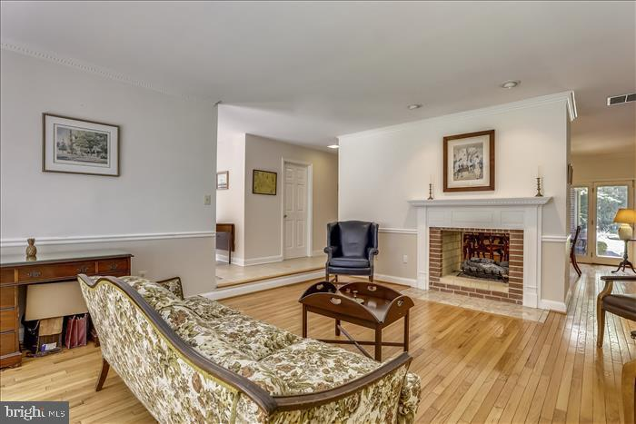 Great flow for entertaining or family gatherings - 5916 HALLOWING DR, LORTON